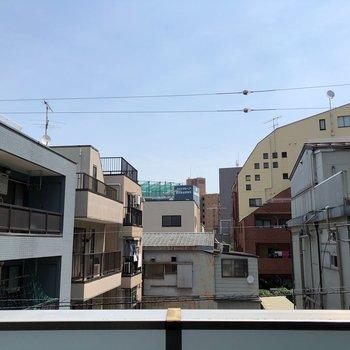バルコニーから向かいのマンションが見えます