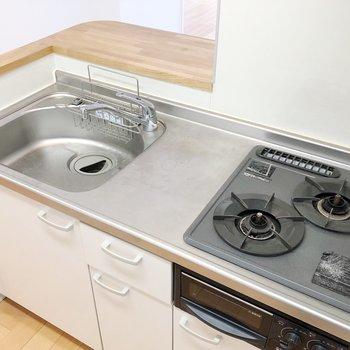 キッチンの作業スペースにも余裕があります※写真はクリーニング前のものです
