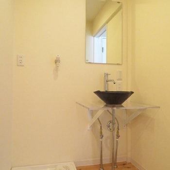 脱衣所にはシンプルな洗面台