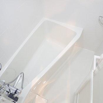 お風呂は不思議なかたち。※写真は7階の同間取り別部屋のものです