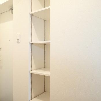 後方には可変式シェルフ、保存食品や調味料の備蓄にどうぞ。※写真は7階の同間取り別部屋のものです