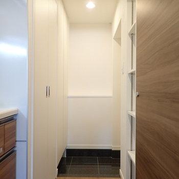 玄関はコンパクトでした。※写真は7階の同間取り別部屋のものです