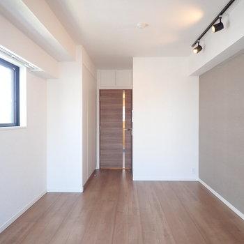 クルッと振り返ります、窓にに小さめのダイニングテーブルを置きたい。※写真は7階の同間取り別部屋のものです