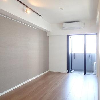 グレーのアクセントクロスで、落ち着いた雰囲気です。※写真は7階の同間取り別部屋のものです