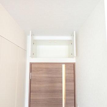 収納は扉の上にもありました。※写真は7階の同間取り別部屋のものです