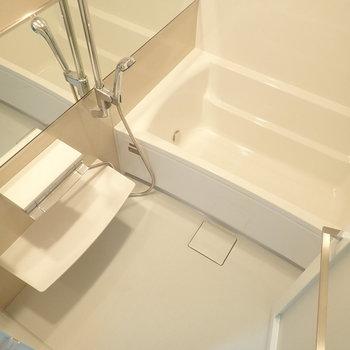 浴室は追い焚き付き、ゆっくりと浸かりましょう。 ※写真は7階の同間取り別部屋のものです