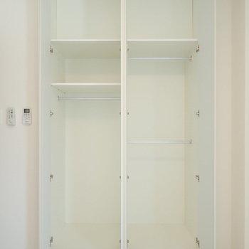 【洋室1】先ほどと似たタイプの収納。 ※写真は7階の同間取り別部屋のものです
