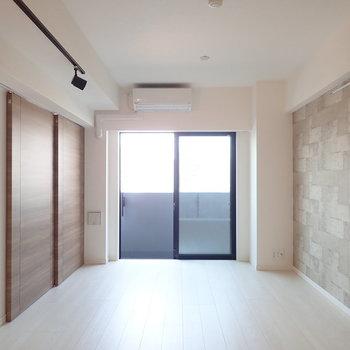 クルッと振り返ると、バルコニーにつながる大きな窓。※写真は7階の同間取り別部屋のものです