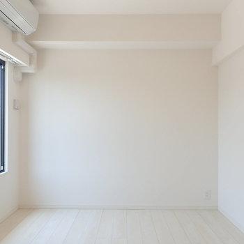 【洋室1】もうひとつの洋室へ。 です。※写真は7階の同間取り別部屋のものです