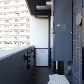 バルコニーには物干し掛けももちろんあります ※写真は7階の同間取り別部屋のものです