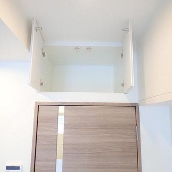 玄関に続く扉の上にはコンパクトな収納。※写真は7階の同間取り別部屋のものです