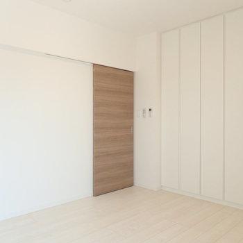 【洋室1】こちらは寝室が良さそうです。 ※写真は7階の同間取り別部屋のものです