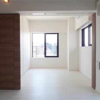 【洋室2】窓の向こうはもう少々お待ちを。※写真は7階の同間取り別部屋のものです