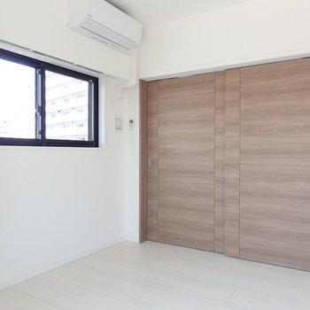 【洋室2】ピシャッと閉めても2面採光を確保。※写真は7階の同間取り別部屋のものです