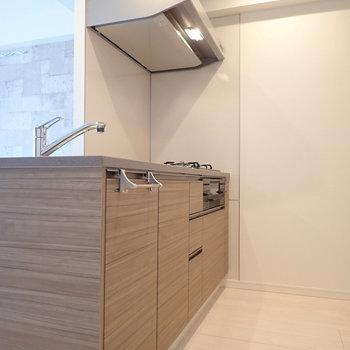 キッチンに戻って、後方のスペースはゆったりしていました。 ※写真は7階の同間取り別部屋のものです