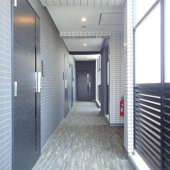 共用廊下は半屋外、開放感を残しています。