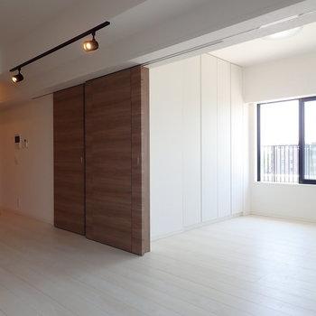 スライドドアをオープンすると、3面採光に。※写真は7階の同間取り別部屋のものです