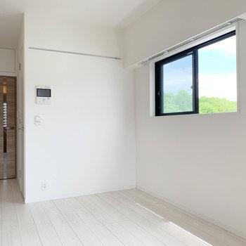 小窓から見える景色もいいですね〜※写真は5階の同間取り別部屋のものです