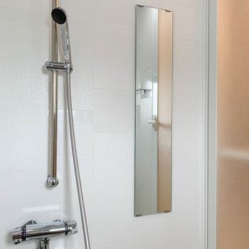 ドア側に鏡がついていました。もちろん浴室乾燥付き。※写真は5階の同間取り別部屋のものです
