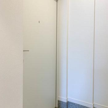 玄関は廊下から向かって左側に。※写真は5階の同間取り別部屋のものです