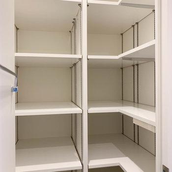 シューズボックスもウォークインタイプ。鞄や帽子なんかも収納できますね。※写真は5階の同間取り別部屋のものです