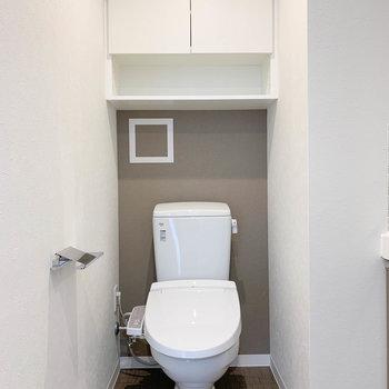 サニタリーの左奥にトイレがあります。棚がついてるのも良い。※写真は5階の同間取り別部屋のものです