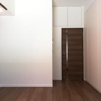 扉で仕切って、冷房も暖房も利きやすく。