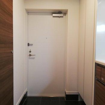 コンパクトな玄関、けれど収納はできますよ