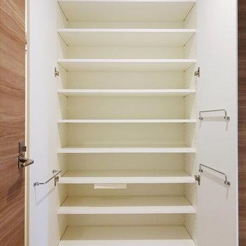 靴箱は大容量!小物を置いておける引き出しもついています。