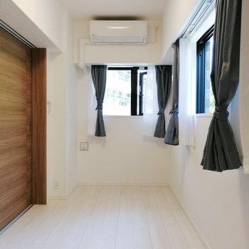 縦長の寝室。しっかり2面採光です。