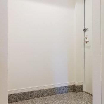 折れた玄関により、生活空間が死角に入ってくれますよ。
