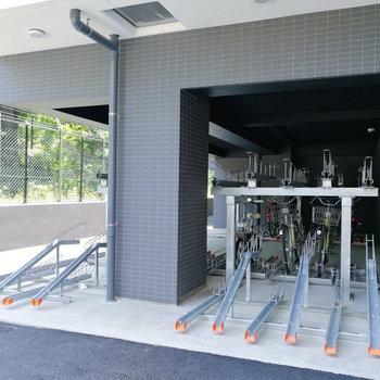 駐輪場やバイク置き場は建物奥にあります。