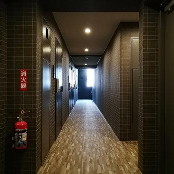 玄関前の廊下はシックに。