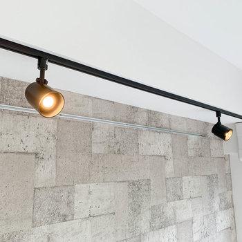 ライティングレールも可愛い。壁に当ててバウンス光にするのもグッド。