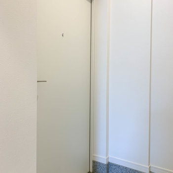 玄関は廊下から向かって左側に。