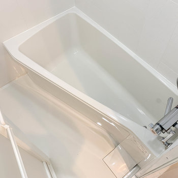 湯船はコンパクトながらも、しっかり足が伸ばせるサイズ※写真は4階の同間取り別部屋のものです