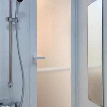 ドア側に鏡がついていました。もちろん浴室乾燥付き。※写真は4階の同間取り別部屋のものです