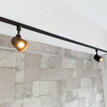 ライティングレールも可愛い。壁に当ててバウンス光にするのもグッド。※写真は4階の同間取り別部屋のものです