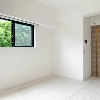 小窓から望む緑が癒し。※写真は4階の同間取り別部屋のものです