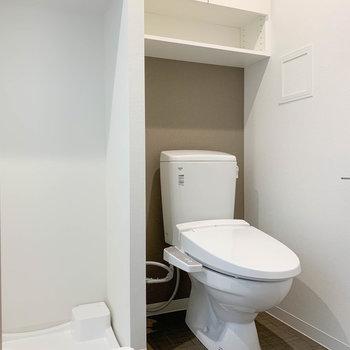 サニタリーの右奥にトイレがあります。棚がついてるのも良い。※写真は4階の同間取り別部屋のものです