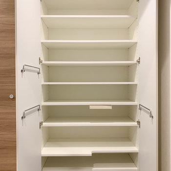 シューズボックスは大型サイズ。※写真は4階の同間取り別部屋のものです