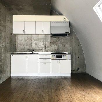 なんて絵になるキッチン・・・!隣に冷蔵庫を置くならあまり背の高いものは置けないかも。