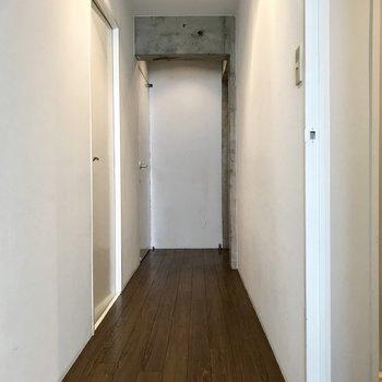 それでは廊下へ。左奥が和室、左手前が洋室。そして手前が水回り。