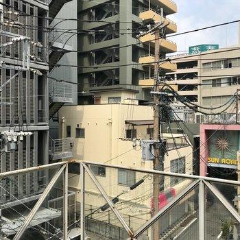 右手にはサンロード商店街、左手にはFM福岡のオフィスが!