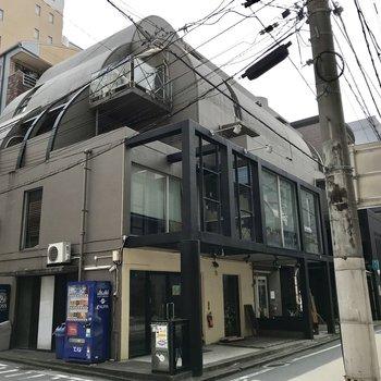 清川の街に現れた、凸凹としたレトロなマンション。