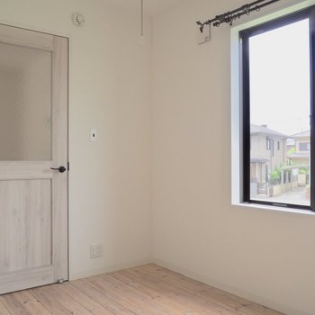 【洋室】優しいドアの色
