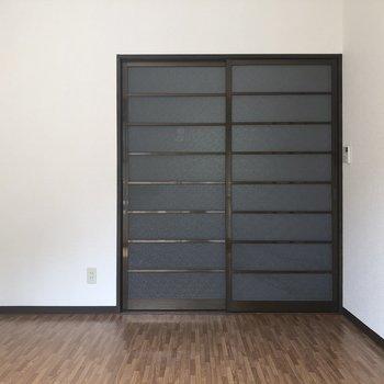【洋室(左)】こちらの引き戸は、キッチンへ繋がっています。