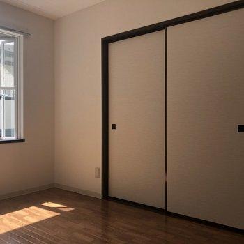 【洋室(右)】光がけっこう差し込みます。