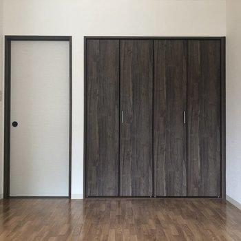 【洋室(右)】収納はこちらのお部屋に。