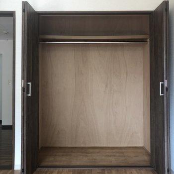 【洋室(右)】丈の長いものでも。収納ボックスを置くのもいいですね。